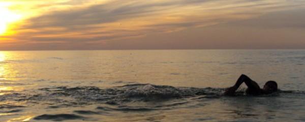 Nada con eficacia en el mar.