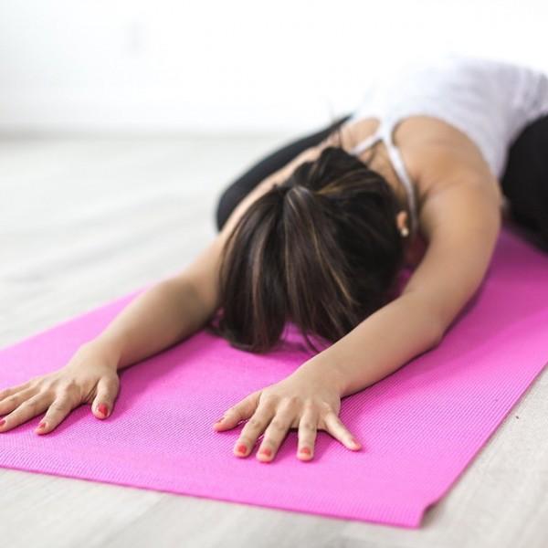 Cuida tu postura diaria entrenando en el gimnasio: tres ejercicios que no pueden faltarte